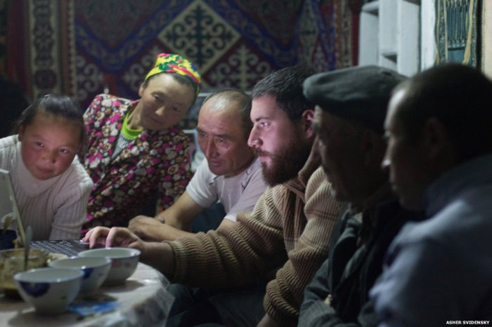Ashol-Pan's family is shown the photos by Asher Svidensky