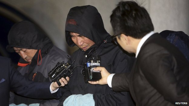 """Journalists ask Lee Joon-seok (C), captain of South Korean ferry """"Sewol"""" which sank at sea off Jindo, questions as Lee walked out of court after an investigation in Mokpo April 18"""