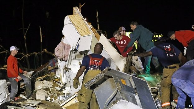 Emergency crews search for survivors in Louisville, Mississippi (29 April 2014)