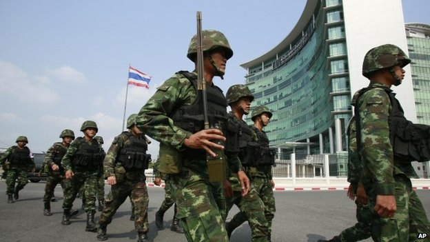 Thai soldiers arrive for security as pro-government supporters arrive outside the gate of the National Anti-Corruption Commission office in Bangkok (February 2014)