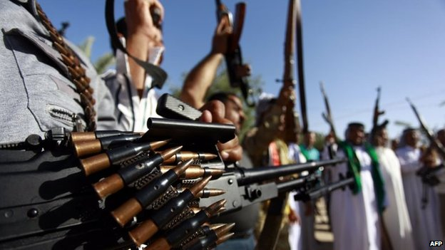 Iraqi Shia tribesmen brandish weapons in Najaf (17 June 2014)