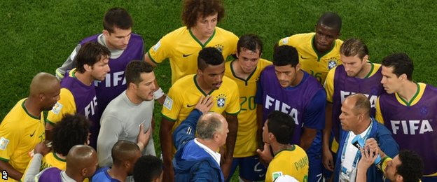 Luiz Felipe Scolari (centre) and Brazil players