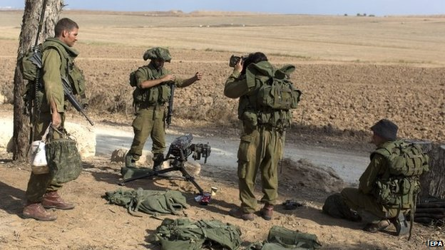 Israeli soldiers near the Gaza frontier (19 August 2014)