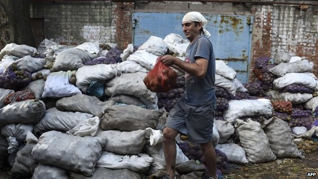 A volunteer holds a bag of potatoes at a Red Cross centre before distributing it to a citizen in Mariupol (8 September 2014)