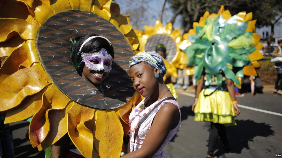A performer and a participant wait for the start of the Gauteng Carnival 2014 in Johannesburg, South Africa, 6 September 2014