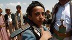 Un niño yemení armados leales al movimiento Houthi en una reunión tribal en Bani al-Harith, al norte de Saná (17 de agosto de 2014)