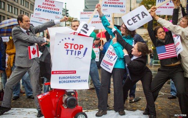 Attivisti protestano contro il TTIP e CETA a Berlino il 11 Ottobre 2014
