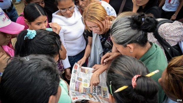 Relatives of inmates outside Uribana prison, 28 Nov 14