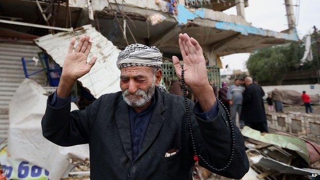 Hombre iraquí en la escena del atentado en el barrio de Shaab, Bagdad