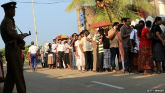 Ethnic Tamils vote in Colombo (8 Jan 2015)