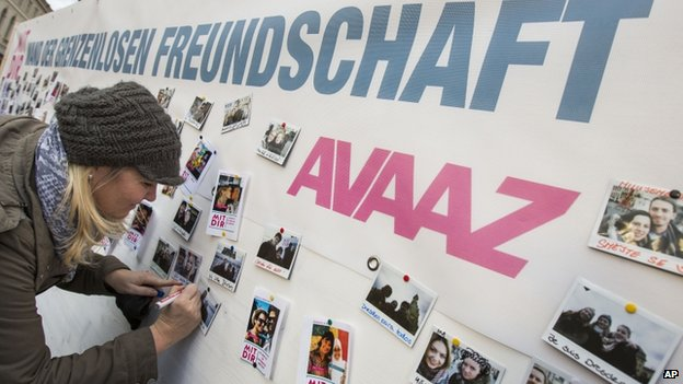 Sylvia Seidel from Dresden writes messages on her picture at the Avaaz 'Wall of Love' reading 'with you - wall of boundless friendship' in front of the famous Church of Our Lady (10 January 2015)