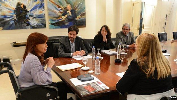 Una imagen folleto proporcionado por la Presidencia de Argentina muestra argentina La presidenta Cristina Fernández de Kirchner (L) reunión con familiares de las víctimas del atentado contra la AMIA, en la residencia presidencial en Buenos Aires, Argentina, 27 de Enero de 2015.