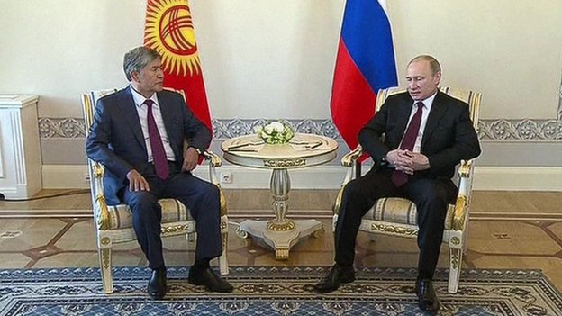 Kyrgyzstan President Almazbek Atambayev (left) with Mr Putin