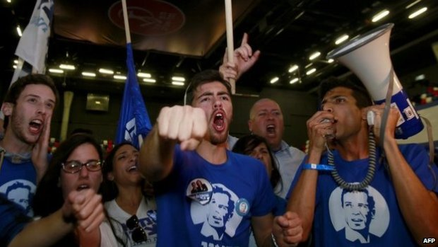 Supporters of the centre-left Zionist Union party react to the exit polls outside the party's headquarters during the announcement of the first official results of Israel's parliamentary elections in the city of Tel Aviv, 17 March 2015