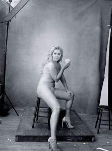 Amy-Schumer-Foto-Annie-Leibovitz source www_pirellicalendar_pirelli_com