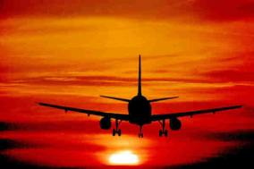 aero in volo al tramonto