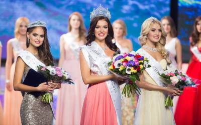 Sofia Nikitchuk along with 1st Runner up Vladislava Evtushenko from Chita (left) and 2nd Runner up Anastasia Naidenova