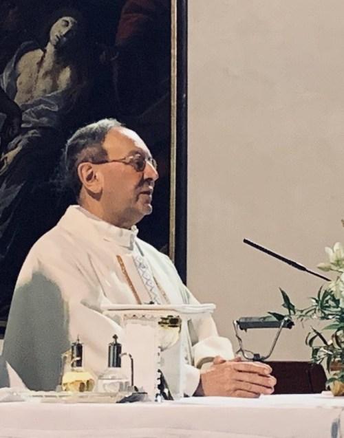 Don Clemente durante una celebrazione