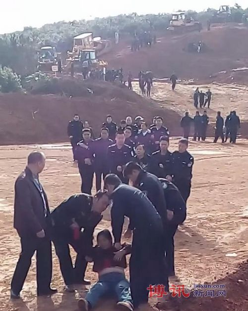 Deputy mayor led forced confiscation of land as protesters were dragged away   Boxun News