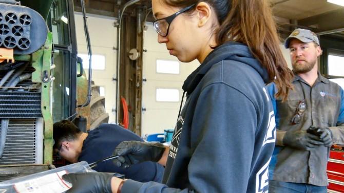 Sophia Openshaw trabaja en tractor de biodiesel