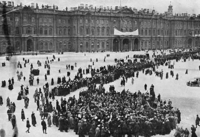 Çar ve ailesinin yaşadığı Kışlık Saray, Şubat Devrimi'nin ardından Geçici Hükümet'in merkezi olmuştu
