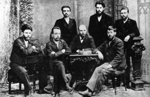 O dönemin önde gelen sosyalist liderleri. Oturanlar (soldan sağa): Starkov, Krzhizhanovsky, VI Lenin, Martov. Ayaktakiler (soldan sağa): Malchenko, Zaporozhets, Vaneyev.