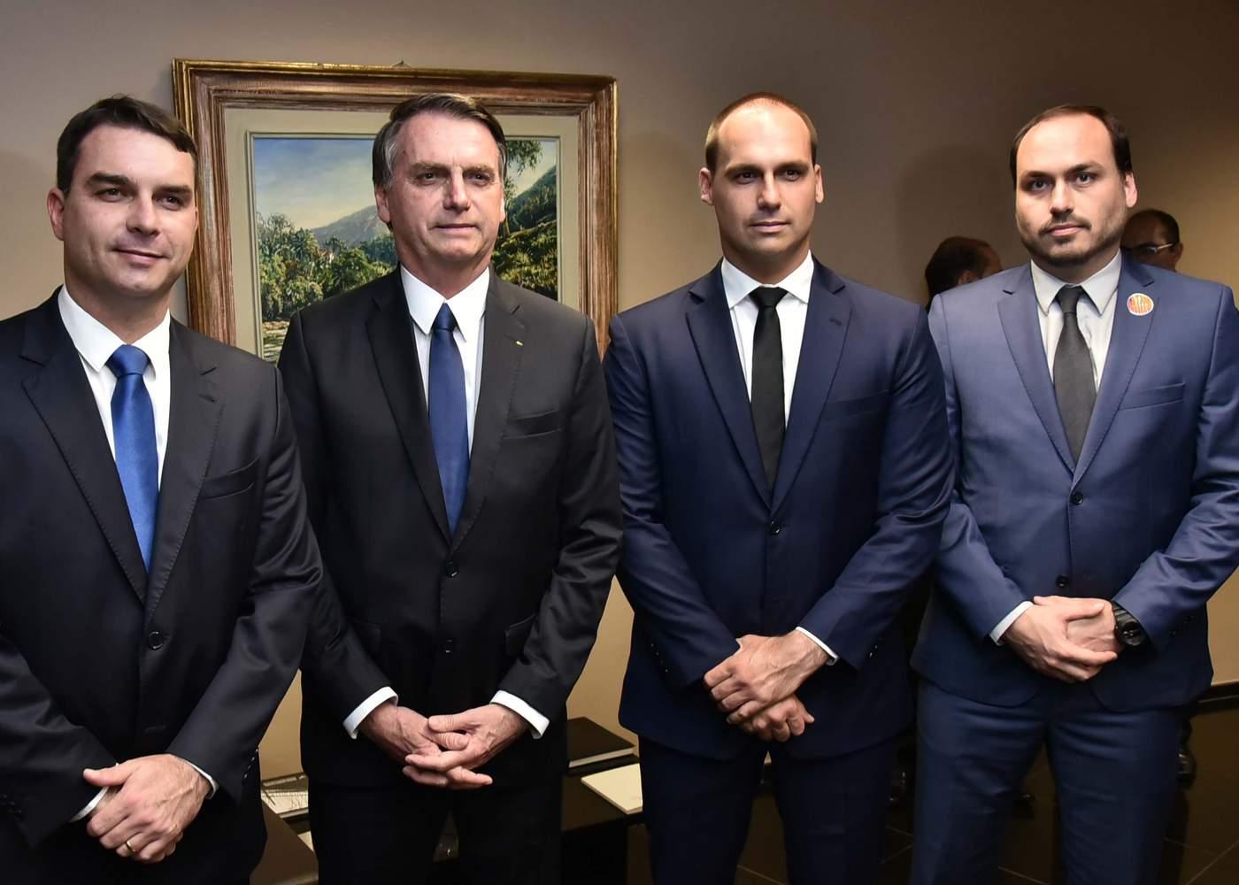 Bolsonaro e os filhos Flávio, Eduardo e Carlos, da esquerda para a direita