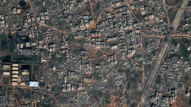 A imagem de satélite mostra a destruição de muitos edifícios do bairro residencial de Jobar