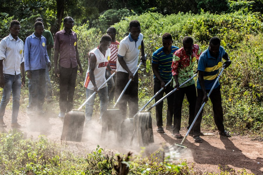 In a basic fire suppression training, the community fire squad rehearses a dry practice with fire beaters. Melle Meivogel, Form Ghana