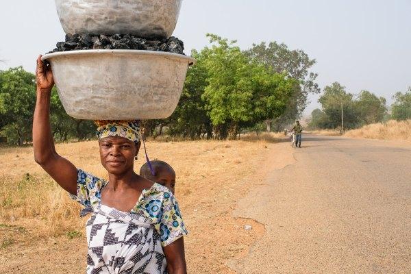 Una usuaria de los bosques de Ghana lleva carbón vegetal al mercado. Axel Fassio, CIFOR