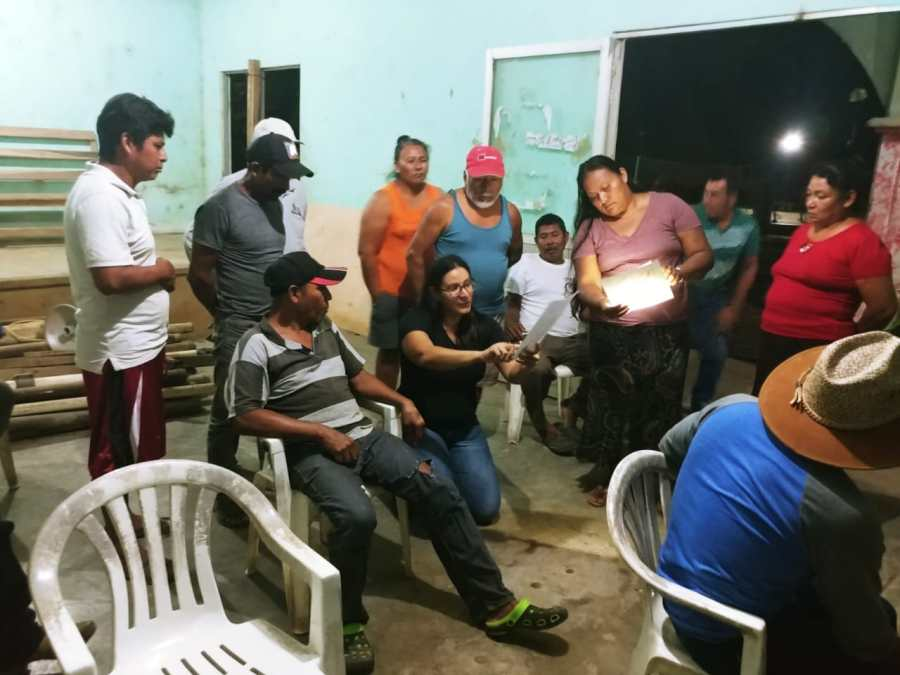Verónica Valadez, GLFx Veracruz project coordinator, working with the local fishermen of Zapotitlán to reach agreements to protect a portion of their reefs. Courtesy of GLFx Veracruz