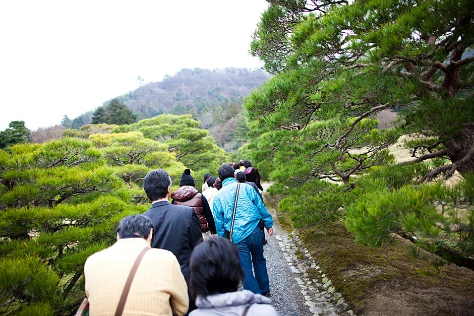 The group tours the Shugakuin Imperial Villa.   Stephanie Mitchell/Harvard Staff Photographer