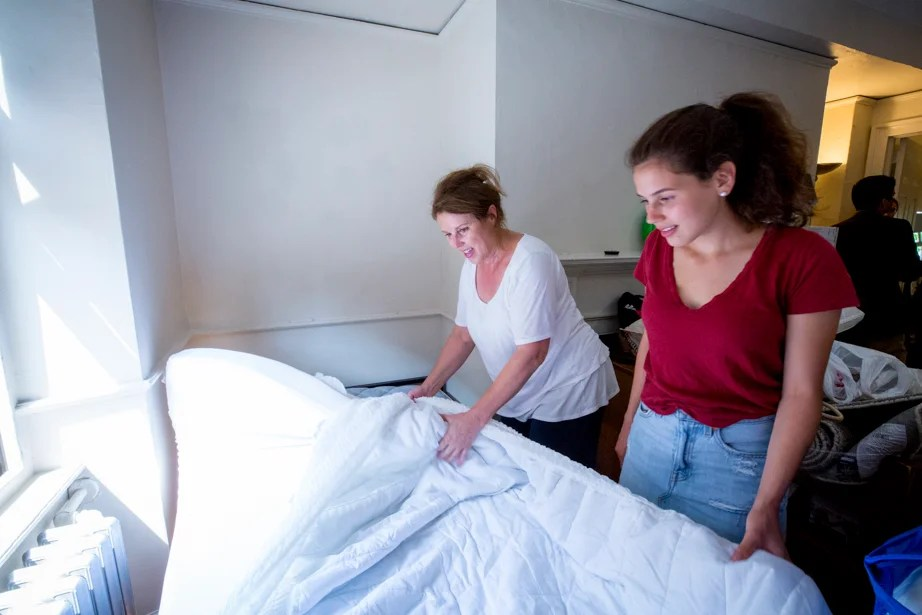Sarah Rodriguez '21 gets help making her bed from her mother, Debbie Rodriguez. They traveled from their home in Rhinebeck, N.Y. Rose Lincoln/Harvard Staff Photographer