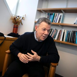 Back at Harvard, former Colombian president shares lessons of war, peace