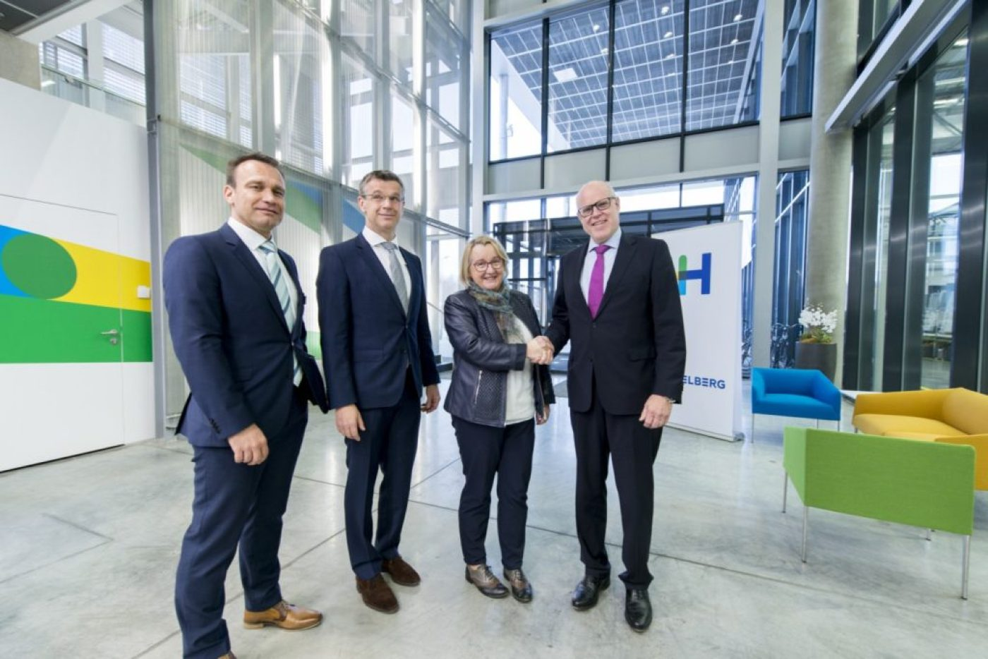 Science Minister Bauer (2nd right) and CEO Hundsdörfer (right) launch new development center project at the company's Wiesloch-Walldorf site. Frank Kropp, Head of R&D (left) and Stephan Plenz, Board Member for Equipment (2nd left)