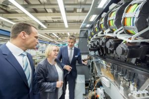 Science Minister Bauer (centre) watches the latest digital technology from Heidelberg.
