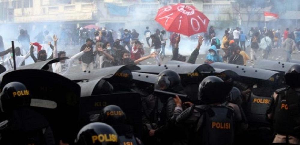 Aksi demo tolak Omnibus Law Cipta Kerja di kawasan Harmoni, Jakarta Pusat berakhir ricuh
