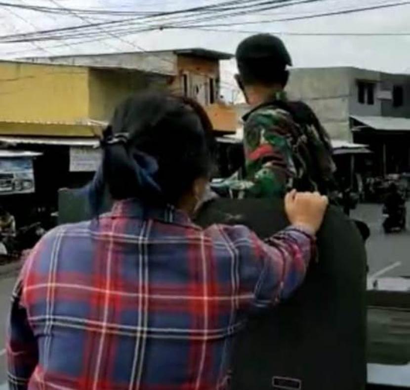 Penumpang Berbaju Kotak-Kotak Naik Panser TNI