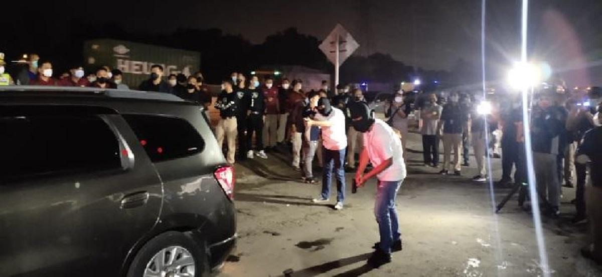 Reka adegan saat polisi mengepung mobil Chevrolet Spin berisi anggota laskar FPI di rest area KM 50, Karawang, Jawa Barat