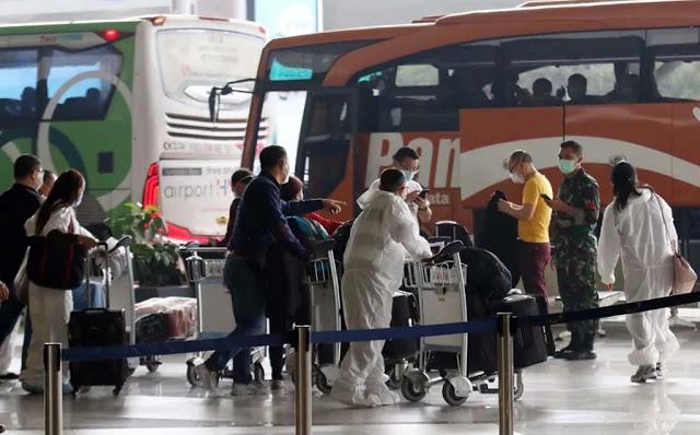 Pakai Baju Hazmat, Ratusan TKA China Tiba di Bandara Soekarno Hatta