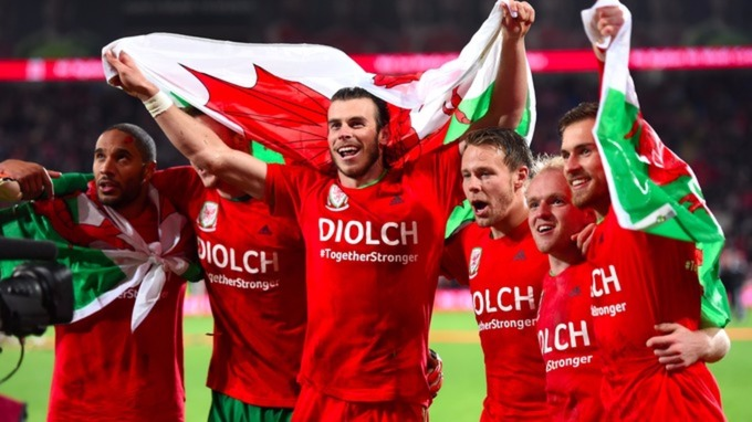Gareth Bale celebrates with team mates as Wales qualify for Euro 2016