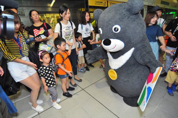 Чёрный медведь по кличке Браво на жетонах метро
