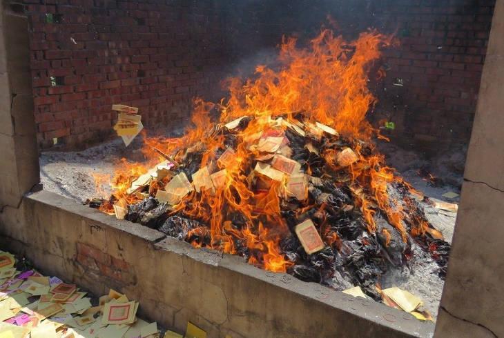Мужчина упал в костер, сжигая ритуальные деньги