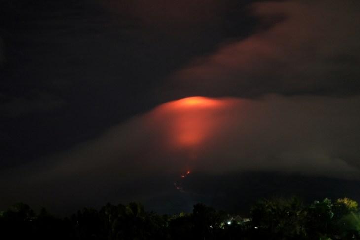 Вулкан Майон: уровень тревоги повышен до 3 из 5