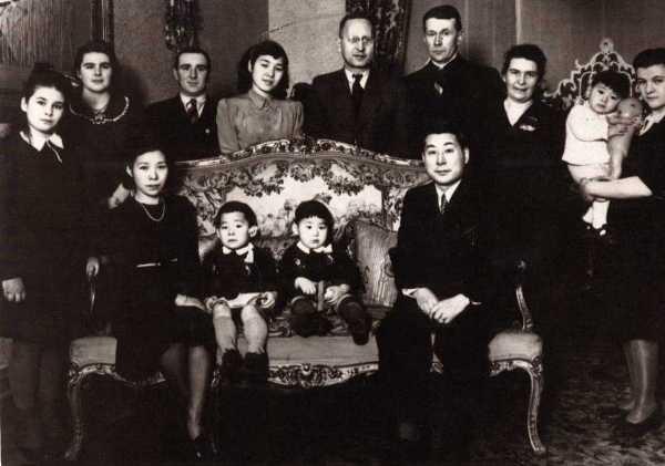 Семья Сугихары и сотрудники консульства