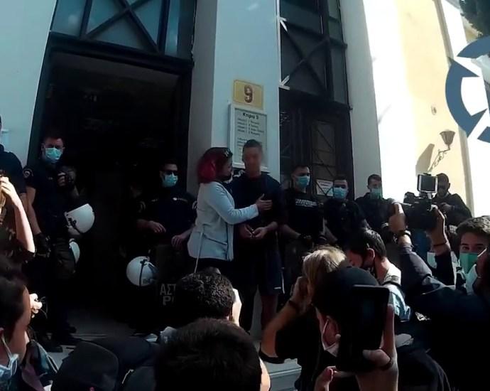 «Η τρομοκρατία δεν θα περάσει»: Ελεύθεροι οι συλληφθέντες μαθητές μετά τις απολογίες τους