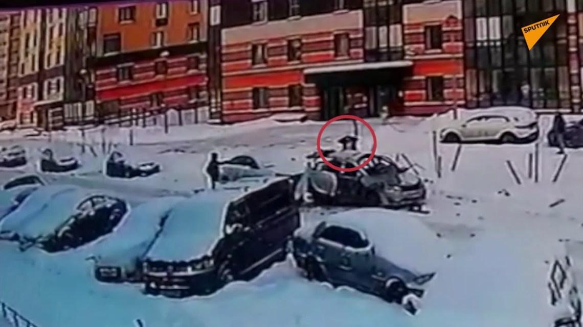Αγία Πετρούπολη: Η στιγμή έκρηξης σε αυτοκίνητο ενώ ο οδηγός του είναι ακόμα μέσα