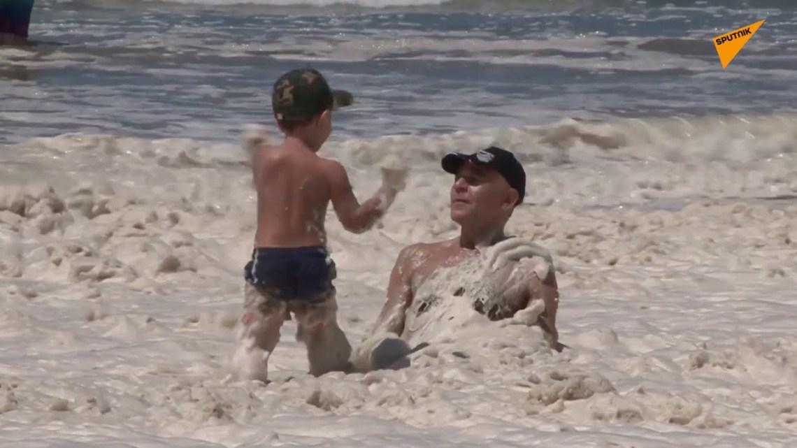 Αλλόκοτο φαινόμενο στην Αργεντινή: Παραλίες καλύφθηκαν από πυκνό στρώμα αφρού