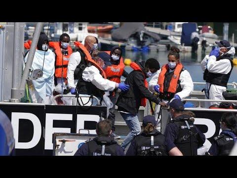 Μεγάλη Βρετανία όπως ελληνικά νησιά: Αθρόες αφίξεις μεταναστών με βάρκες…