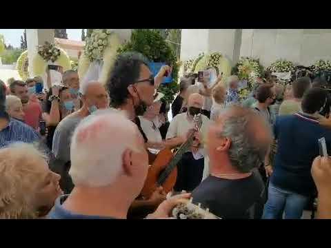 newsbomb.gr: Συγκίνηση στην κηδεία του Τόλη Βοσκόπουλου